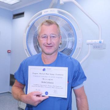 Chirurg Schouten ontvangt diploma Handchirurg
